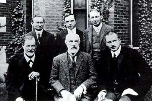 freud_pierwszy z lewej siedzi1909